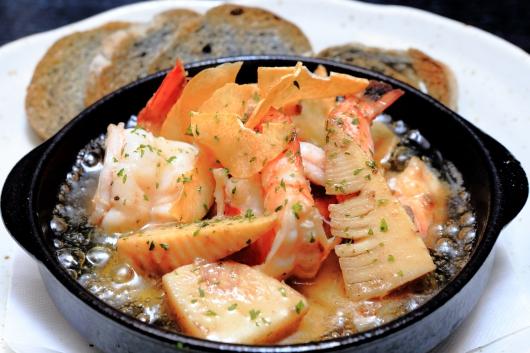 筍と海老のグツグツオイル煮(アヒージョ)竹炭バゲット添え